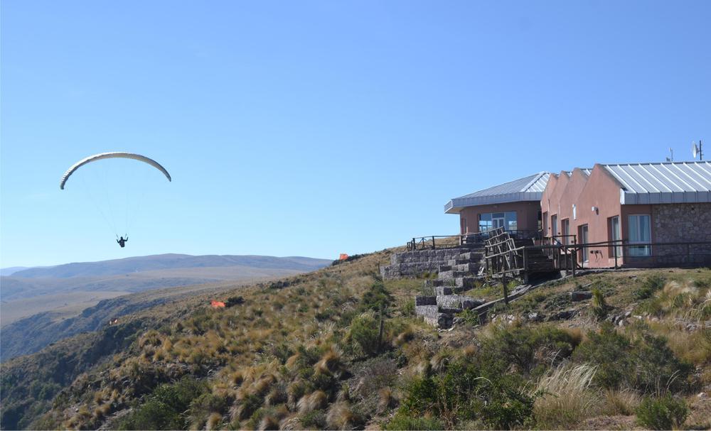 Hosteria Polo Giménez y un parapente en las cumbres del Ancasti Pag 3